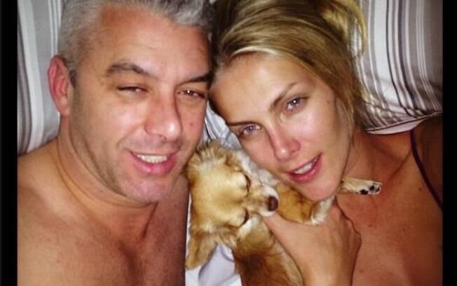Ana Hickmann postou foto em que aparece sem maquiagem e ao lado do marido e de um dos cachorrinhos da familia