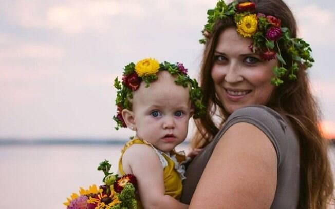 Mira e David adotaram uma menina, chamada Harper. Com tratamento, Mira pôde amamentar a filha adotiva mesmo inférfil
