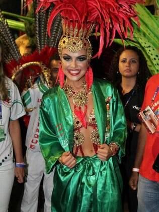 Paloma Bernardi desfila como destaque de chão da Grande Rio
