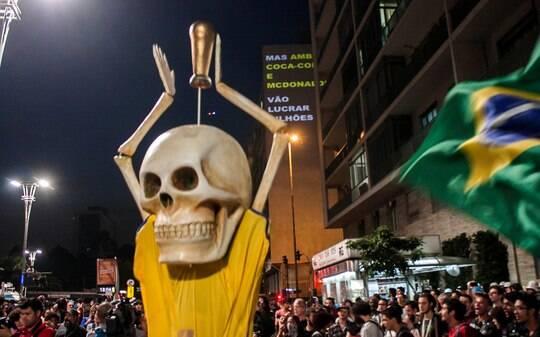 Rodada de manifestações contra a Copa do Mundo tem tumulto em São Paulo - Brasil - iG