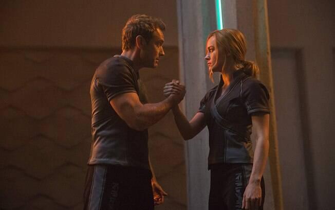 Jude Law e Brie Larson em cena do filme