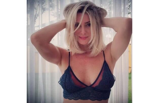 Letícia Spiller chama atenção ao publicar foto de lingerie