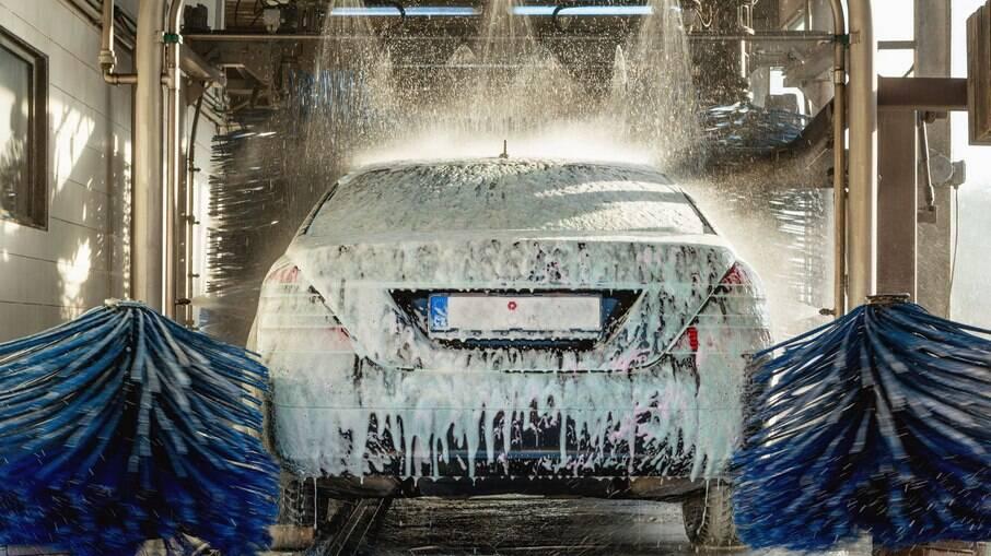 Sujeira acumulada pode causar danos ao veículo. Visitas ao lava-rápido devem ser periódicas