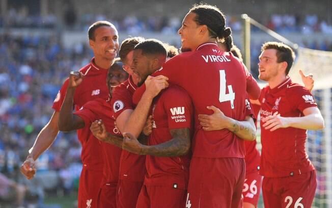 Jogadores do Liverpool comemoram gol de Wijnaldum na vitória sobre o Cardiff