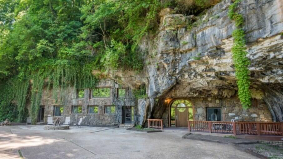 A caverna foi inicialmente esculpida por uma empresa que queria usá-la como um bunker nuclear