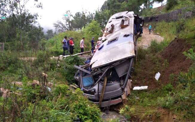Nove pessoas morreram em um acidente envolvendo um ônibus de turismo na BR-282, em Santa Catarina, na manhã deste domingo (11)
