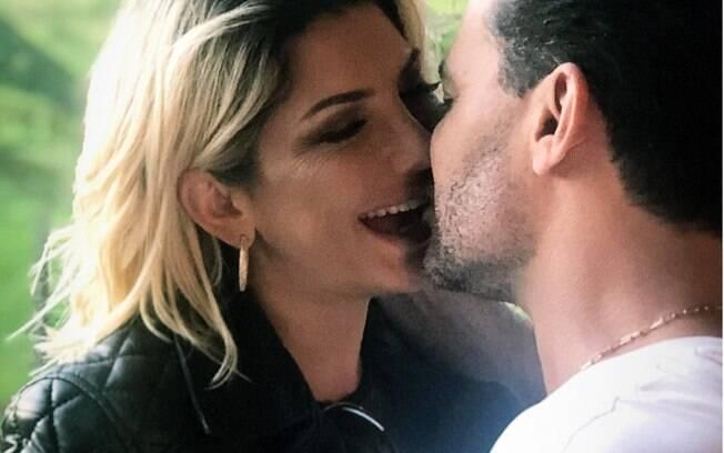 Antonia Fontenelle e Eduardo Costa trocando beijos na web