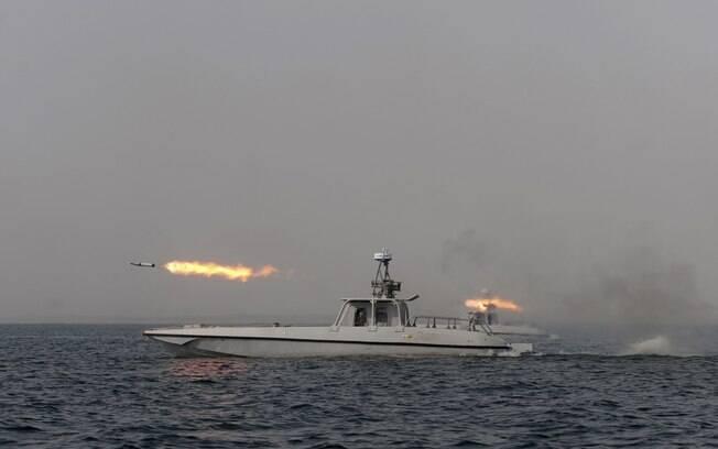 Barco iraniano testa míssil em manobra no Mar de Omã (30/12)