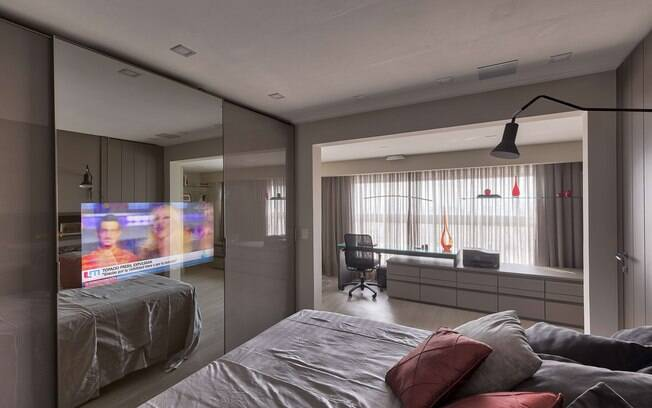 Os televisores também pode ser usados no quarto de forma a economizar espaço no cômodo
