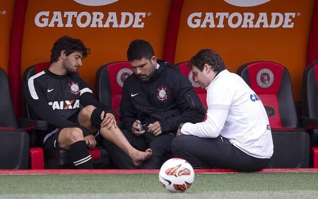 O médico e o fisioterapeuta do Corinthians  analisam o tornozelo de Pato