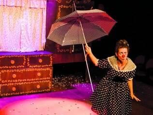 """Cena. """"Xuleta Mon Amour"""", solo da palhaça Gyuliana Duarte, é uma das atrações"""