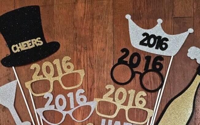 Plaquinhas e óculos são artigos divertidos para tirar as fotos que vão ser postadas nas redes sociais