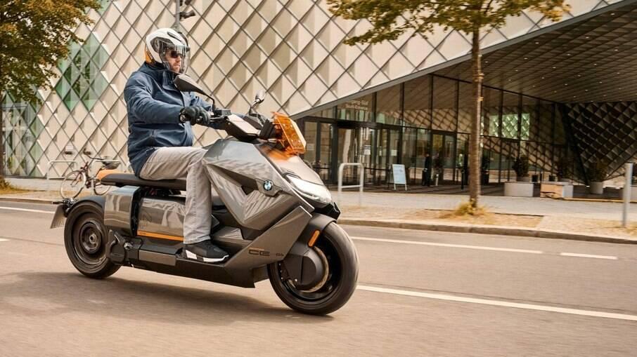 A CE 04 tem motor elétrico de 31 kW de 42 cv projetado para uma mobilidade urbana mais veloz em relação às outras scooters elétricas.