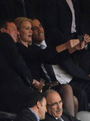 Presidente dos EUA, Barack Obama (D), tira selfie com premiê britânico, David Cameron, durante cerimônia em homenagem a Mandela em Johanesburgo