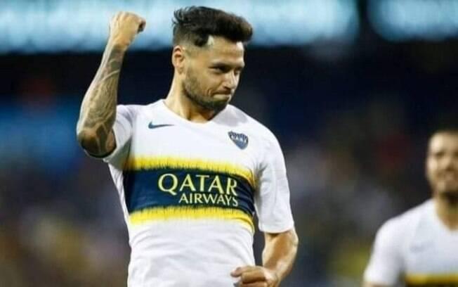 Jogador comemora gol pelo Boca