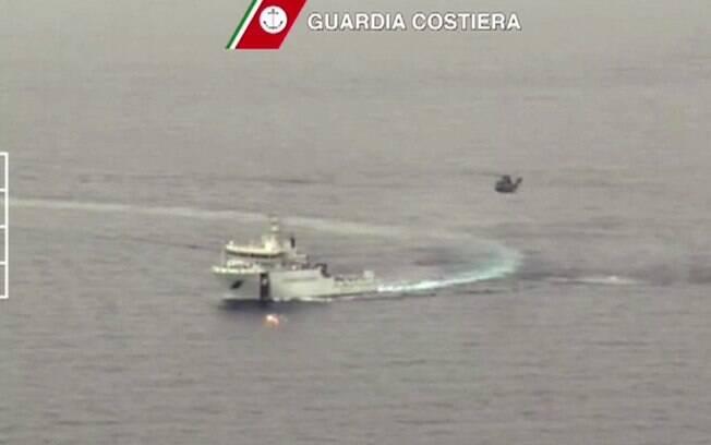 A operação de salvamento tenta buscar sobreviventes de um barco que transportava imigrantes e capotou ao norte da Líbia. Foto: AP/GettyImages/Reprodução