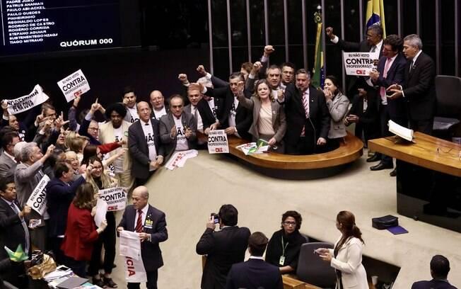 No plenário da Câmara, oposição ao governo ostenta faixas contra a reforma da Previdência