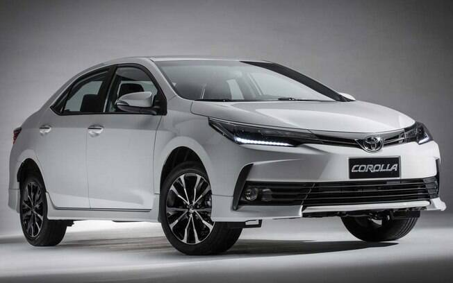 Toyota Corolla: seu design mostra que já ficou meio antigo, e por dentro isso chega a ser gritante, mas sua fama o mantém intocável