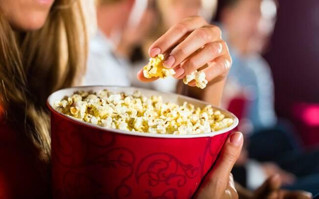 A pipoca de cinema, principalmente quando está coberta de manteiga, deve ser evitada por pessoas que querem emagrecer
