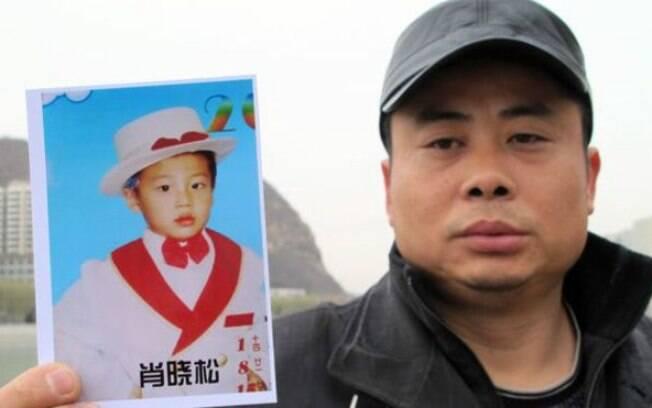 O filho de Xiao desapareceu quando tinha 5 anos, e o pai o busca há oito anos