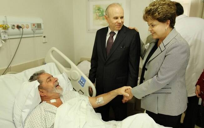 A presidenta Dilma visita Lula no hospital: