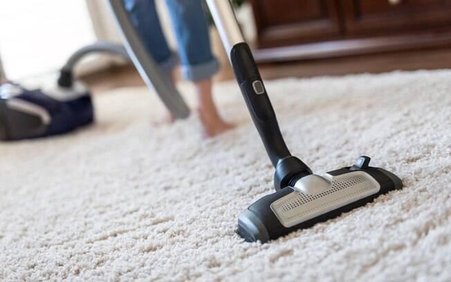 No dia a dia, é importante também cuidar da limpeza de tapetes para deixá-los o mais longe possível das sujeiras