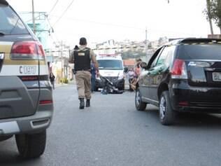 Homem foi fuzilado com cinco tiros perto do próprio carro