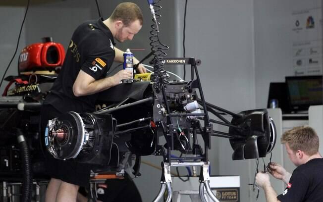 No boxes da Lotus, trabalho no carro para a  corrida do final de semana