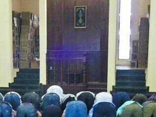 Entenda. Na mesquita, homens e mulheres ficam em ambientes distintos, mas ambos em direção à Meca