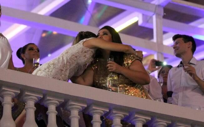 Juliana e Fabiana Karla se abraçam