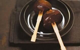 Pirulitos de Nutella com recheio de caramelo