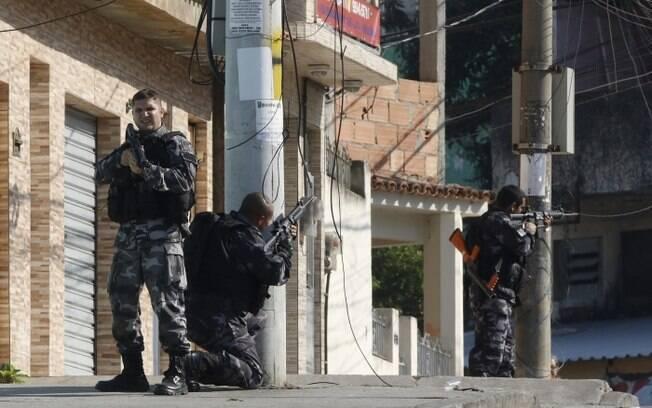 Policiais militares em operação no Complexo do Alemão, Rio de Janeiro.