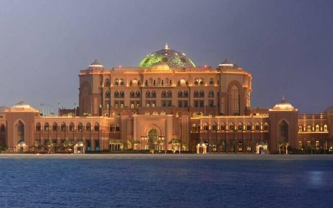 O Emirates Palace Hotel é um luxoso local para relaxar e aproveitar cada segundo. A diária, no entanto, passa de R$ 2 mil