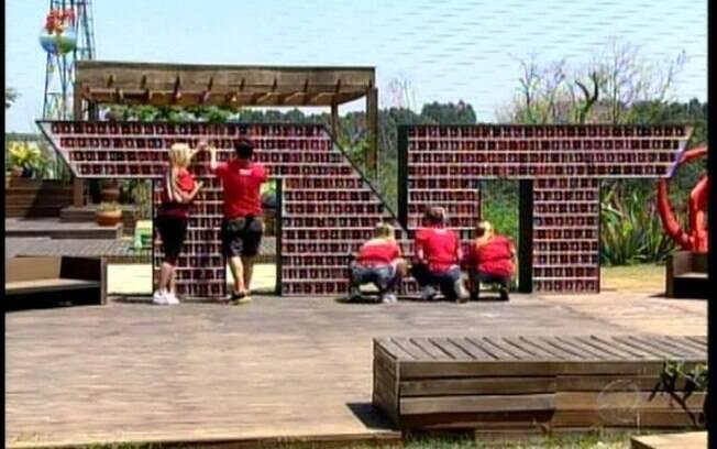 Participantes montam prateleira de energérticos