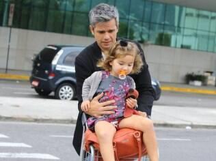 Otaviano Costa desembarca no Rio com a filha, Olívia