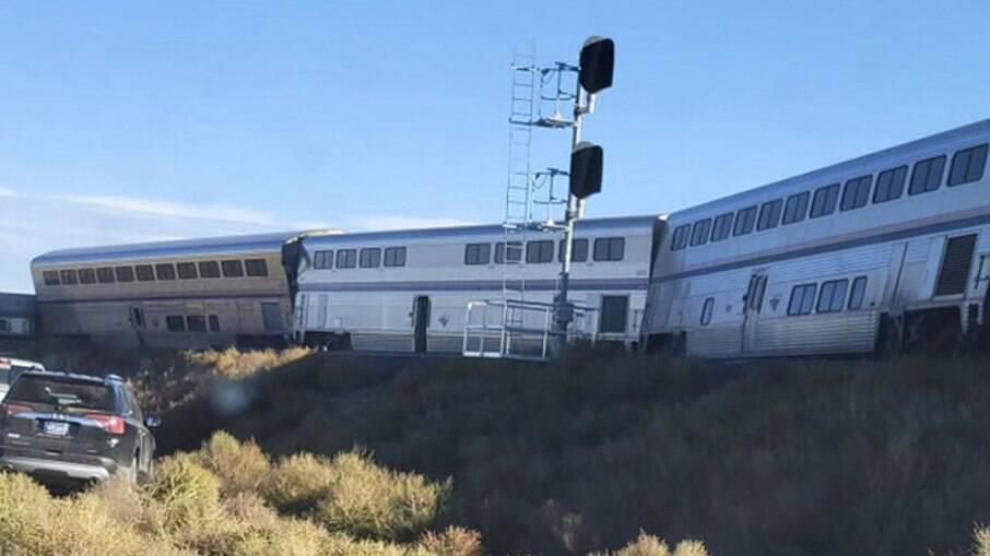 Três pessoas morrem e dezenas ficam feridas após trem descarrilar nos EUA