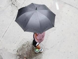 Cidades - Pedestres enfrenta chuva na Praca Sete em Belo Horizonte MG. Foto: Alex de Jesus/O Tempo 13/11/2014