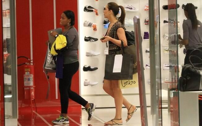 Claudia Raia faz compras em shopping no Rio