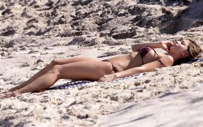 Grazi aproveita o dia de sol para manter o bronzeado em praia carioca