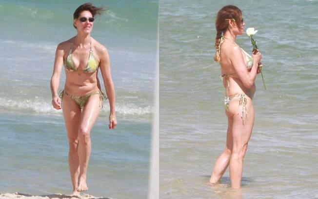 Christiane Torloni chegou sozinha a praia, entregou suas rosas no mar e foi embora