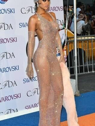 Rihanna quase nua com seu look ousado