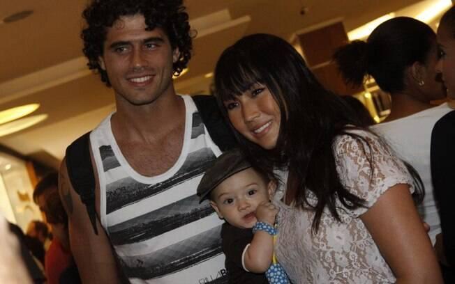 Dani Suzuki com o marido Fábio Novaes e o pequeno Kauai