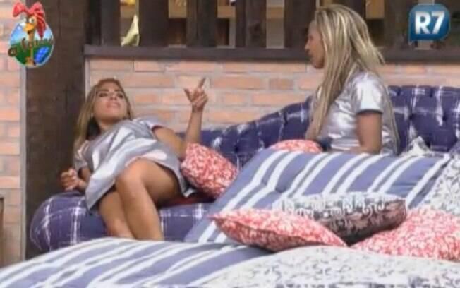 Raquel Pacheco e Valesca Popozuda se diverte no sofá da sala