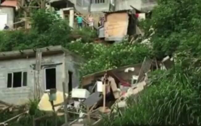 Casas atingidas em deslizamento foram interditadas e famílias foram notificadas a deixar área de risco imediatamente