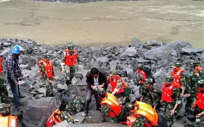 Deslizamento de terra provocado pelas fortes chuvas na região soterrou ao menos 62 casas no vilarejo de Xinmo, na China
