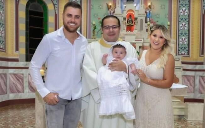 Natália Toscano e Zé Neto no batizado da filha
