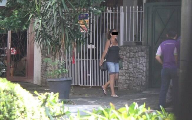 Oneida é vista caminhando em rua do bairro de Pinheiros, na zona oeste de São Paulo