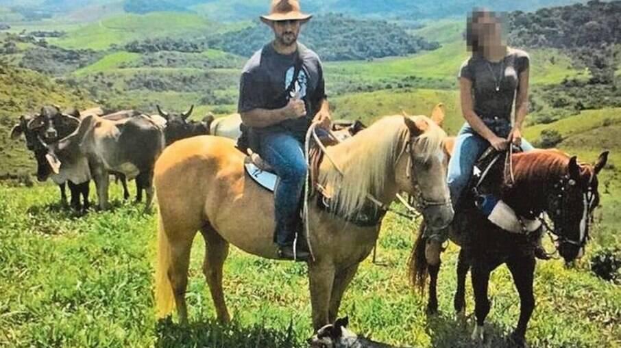 Adriano e a mulher em uma fazenda do interior da Bahia