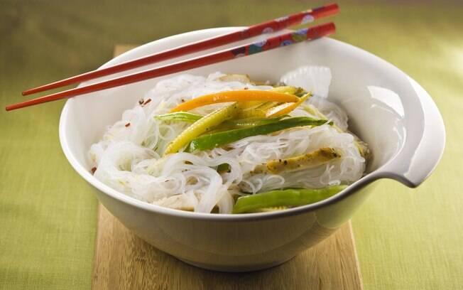 Foto da receita Salada tailandesa de frango com massa de arroz pronta.