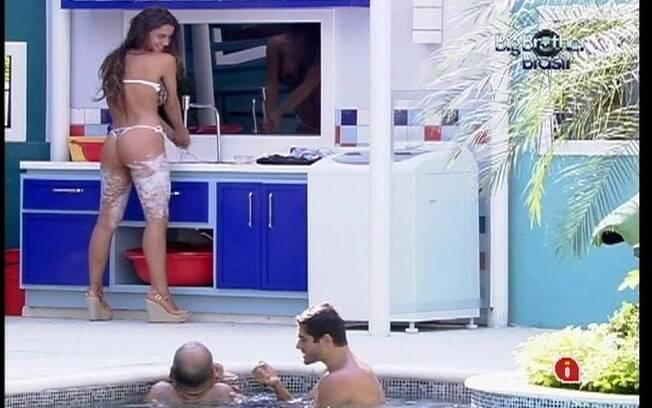Enquanto descolore os pelos, Laisa aproveita para lavar a roupa